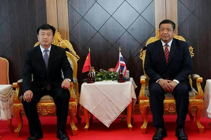 พ่อเมืองตาก@นายกเทศมนตรีนครแม่สอด ร่วมต้อนรับ รองผู้ว่าการเขตปกครองพิเศษ เต๋อหง มณฑลยูนนาน สาธารณรัฐประชาชนจีน  พร้อมคณะผู้บริหารเขตฯ เยี่ยมเยือนจังหวัดตาก(แม่สอด) เมืองคู่แฝดทางเศรษฐกิจ  สานสัมพันธ์มิตรภาพ ไทย-จีน  และอาเซียน AEC